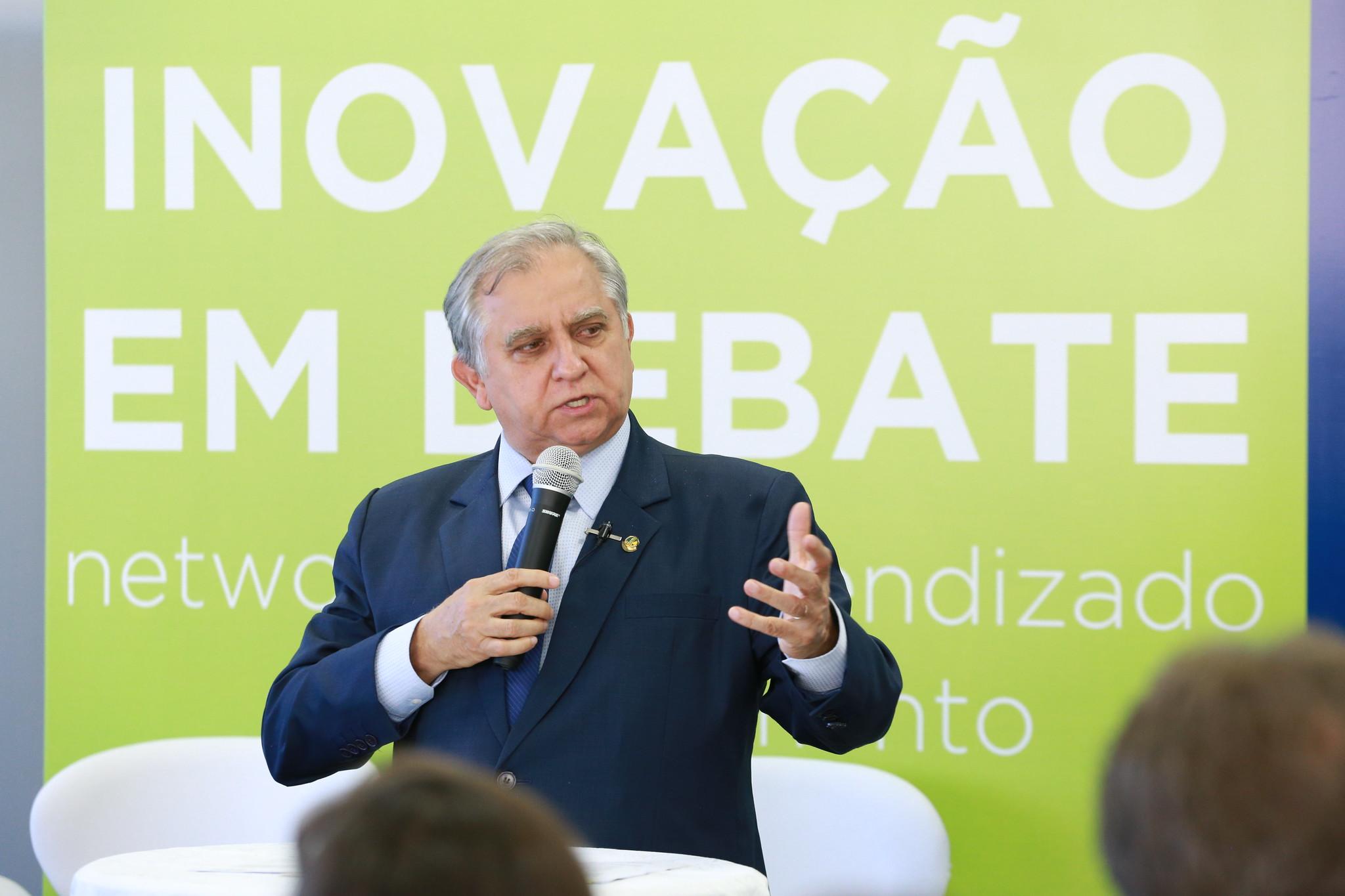 Senador Izalci falando sobre o projeto CDR no debate da Abipti Inovação e Debate.