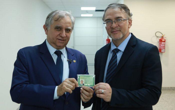 Senador recebe e-identidade do Departamento de Polícia Técnica (DPT) Diretor: Raimundo Cleverlande Alves de Melo