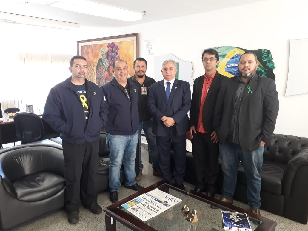Senador Izalci ao lado de representantes de trabalhadores da segurança do trabalho