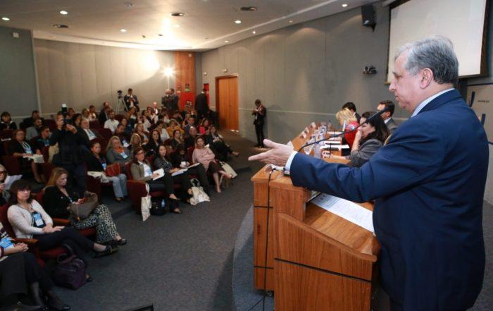 Senador Izalci Lucas fala para os presentes durante o fórum