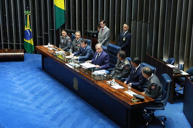 Sneador Izalci abre a sessão ao lado dos integrantes da Mesa