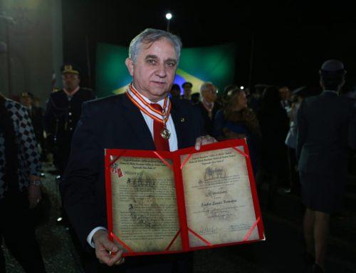 Izalci é condecorado com a maior honraria do Corpo de Bombeiros Militar do DF