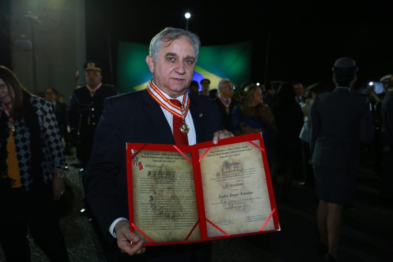 Senador com a medalha que recebeu da corporação