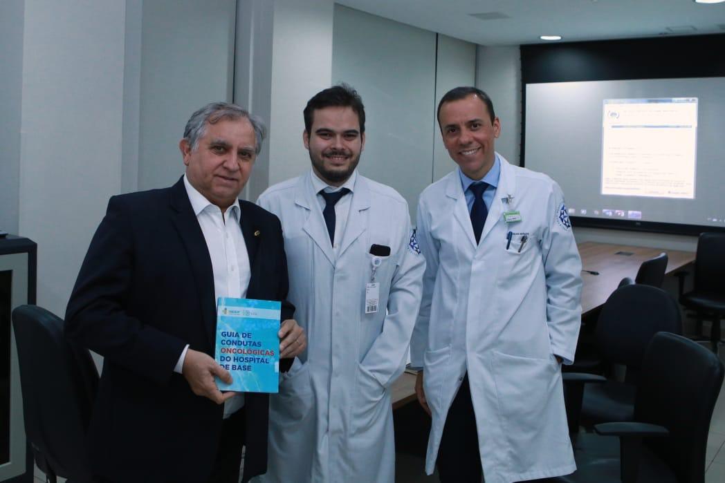 Senador ao lado dos médicos Daniel Girardi e Eronides Batalha