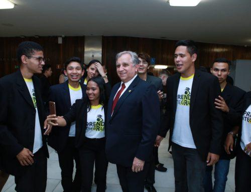 Izalci participa de evento com a presença de jovens aprendizes