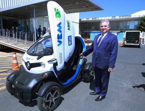 Izalci testa carro elétrico e participa de sessão solene em alusão ao dia da Ciência e Tecnologia, na CLDF
